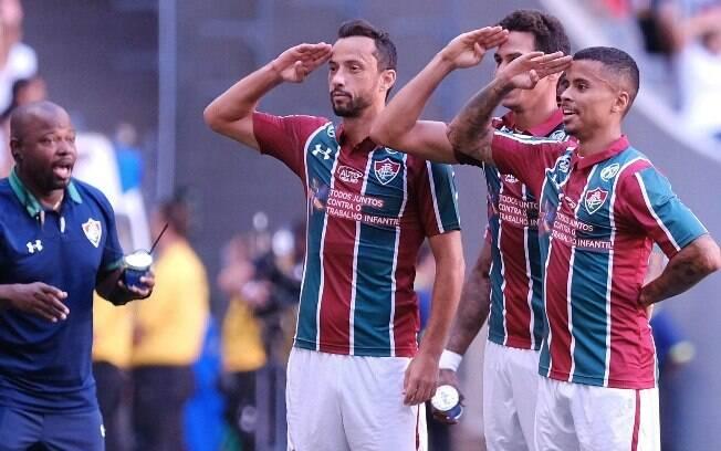 Ganso celebra seu gol pelo Fluminense ao lado de Nenê e Allan