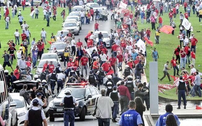 Brasil-CUT e Centrais Sindicais manifestam no gramado do Congresso. Foto: Lucio Bernardo Jr./ Câmara dos Deputados/Fotos Públicas