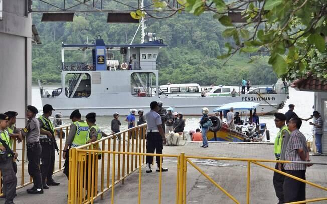 Policiais e seguranças fazem guarda enquanto balsa transporta ambulâncias rumo a ilha Nusakambangan, onde as execuções serão realizadas, na Indonésia. Foto: AP