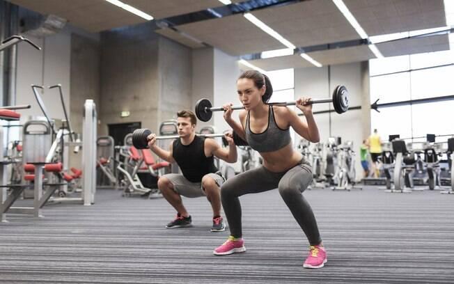 Nem todas as pessoas podem colocar uma barra na cervical, por exemplo, mas todo exercício pode ser adaptado