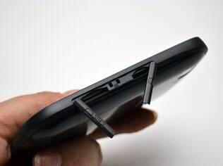 Entradas para os cartões de celular ficam na lateral do aparelho