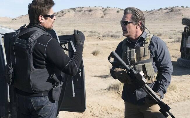 Josh Brolin e Benício Del Toro em cena de Sicário: O Dia do Soldado