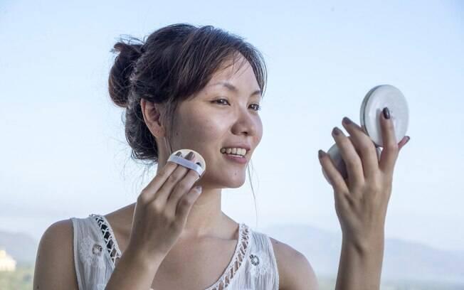 Especialista explica que as pessoas usam uma quantidade menor de filtro do que a indicada para proteger a pele do Sol