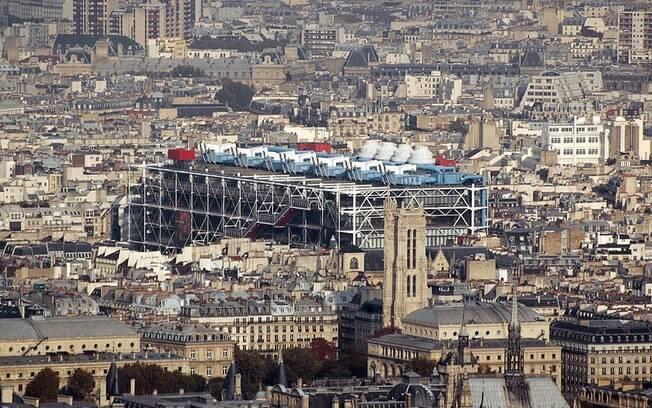 Centre Georges Pompidou vale pela arquitetura e por abrigar mais de 60 mil obras do Museu Nacional de Arte Moderna. Destaque para as exposições temporárias . Foto: Wikimedia Commons/ Maureen