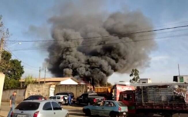 Vídeo: incêndio atinge descarte de recicláveis em Campinas