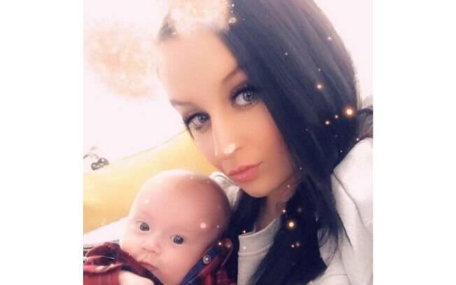 Toni Morton e o filho recém-nascido, Bobby, em foto divulgada por ela no Instagram
