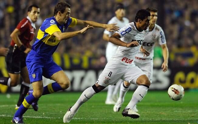 Paulinho escapa da marcação do meio campista  Somoza na primeira etapa