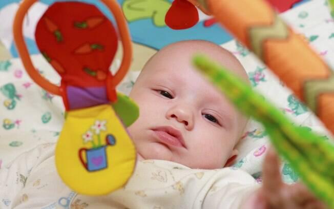 Crianças não podem alcançar móbiles que sirvam de apoio para escalar o berço