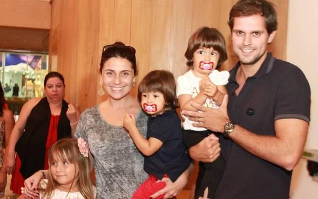 Giovanna Antonelli, o marido, as filhas gêmeas e a atriz mirim Jesuela Moro na tarde de domingo (08)