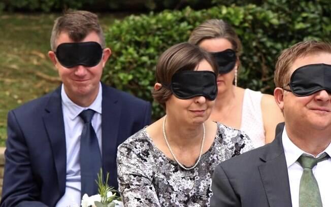 De olhos vendados em festa de casamento, cerimônia foi narrada para que todos pudessem ter uma experiencia sensorial