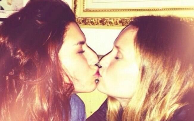 Fernanda Paes Leme dá selinho na amiga Fernanda Rodrigues e publica em seu Instagram