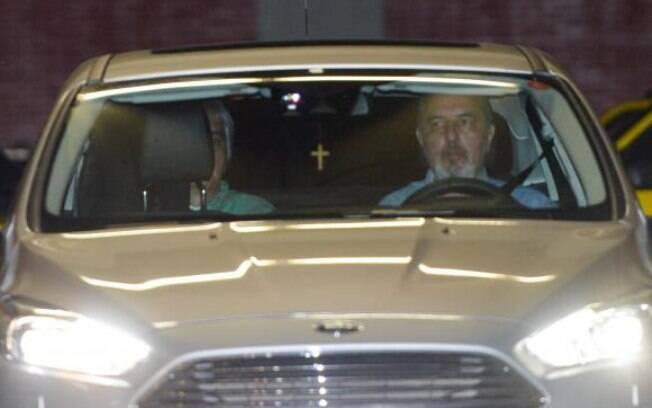 Senador Delcídio do Amaral, no banco de trás do carro, foi solto após mais de 80 dias preso