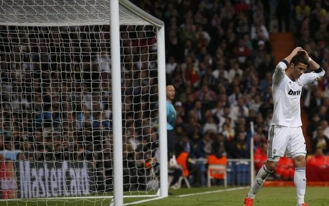O atacante Cristiano Ronaldo lamenta mais uma  chance desperdiçada para o Real Madrid diante do  Borussia Dortmund