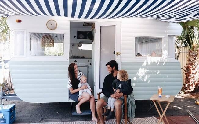 Jade Adams, seu parceiro Patrick e os dois filhos em frente à Winnie, a van que reformaram juntos para fazer viagens de fins de semana