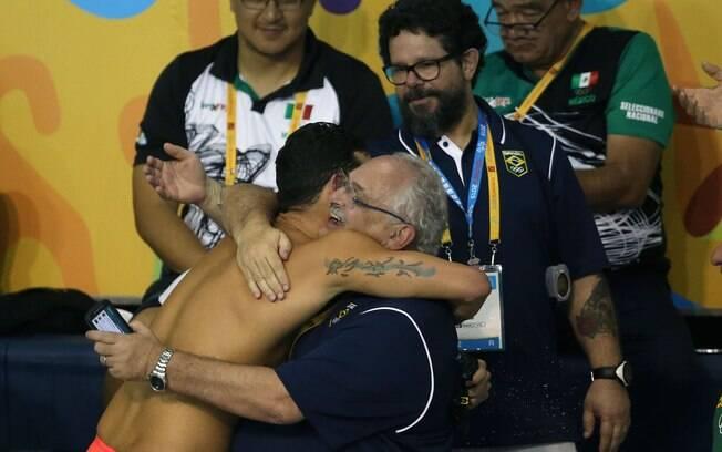 Thiago festeja com Ricardo de Moura, supervisor da CBDA. Foto: Satiro Sodre/SSPress