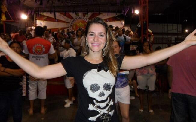 Monique Alfradique ensaiou alguns passos de samba em frente à bateria