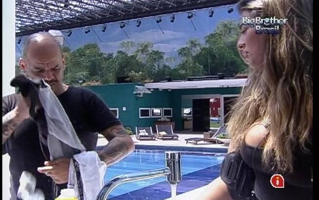 João Carvalho reclama da bagunça de Monique e decide colocar as peças sujas dos brothers na máquina de lavar