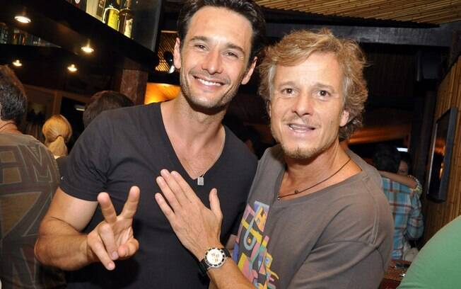 Rodrigo Santoro e Marcello Novaes em festa em Fernando de Noronha