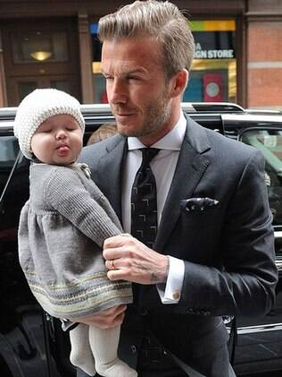 Harper Seven fez caretas e mostrou a lingua para os paparazzi durante desfila da mãe Victoria Beckham na semana de moda de Nova York