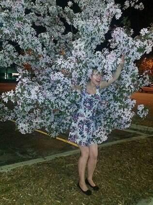 Por essa ela não esperava. O vestido dela combina com a árvore.