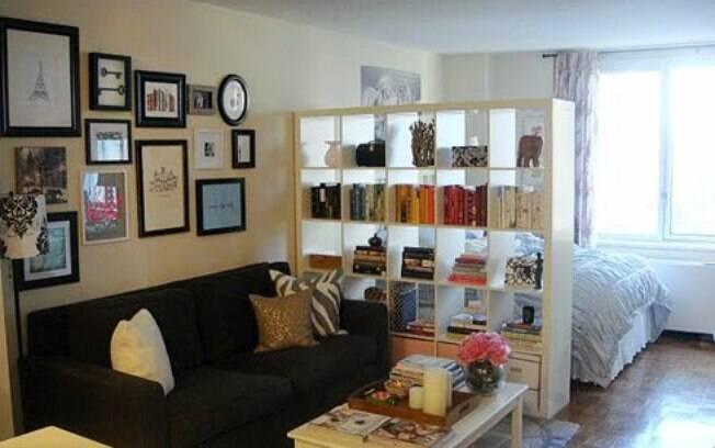 Separar os cômodos de seu apartamento studio com ajuda da decoração é um truque para a organização