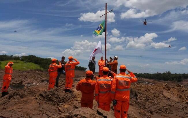 Bombeiros trabalham na busca por vítimas da tragédia de Brumadinho (MG); por enquanto, foram confirmadas 157 mortes