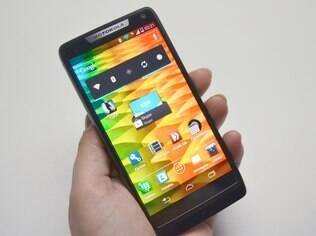 Aparelhos com sistema Android, como o Razr i, já representam 80% do mercado de smartphones no Brasil