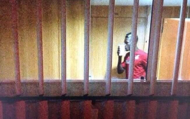 John Boye, zagueiro de Gana, com o dinheiro recebido da federação na Copa do Mundo de 2014