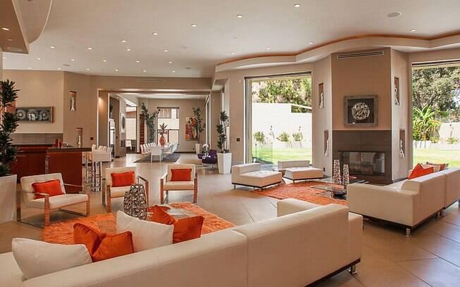 A sala de estar da residência à venda em Los Angeles, com decoração predominantemente laranja