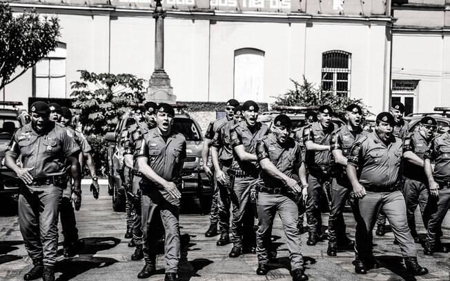 Policiais da Terceira Companhia, comandados pelo Capitão PM Vergilio, saindo de forma minutos antes de embarcarem nas suas viaturas. É nesse momento que todos cumprem o ritual diário e gritam:
