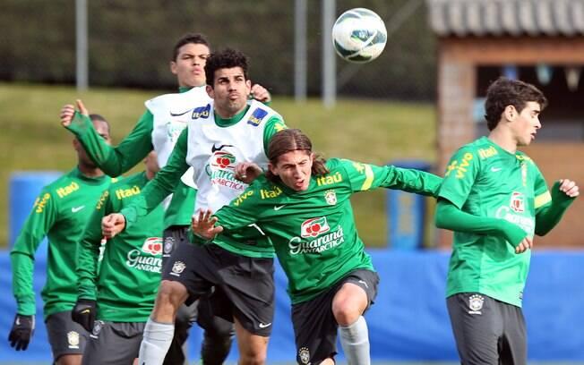 Filipe Luís e Diego Costa, parceiros no  Atlético de Madri, disputam jogada área em treino  da seleção