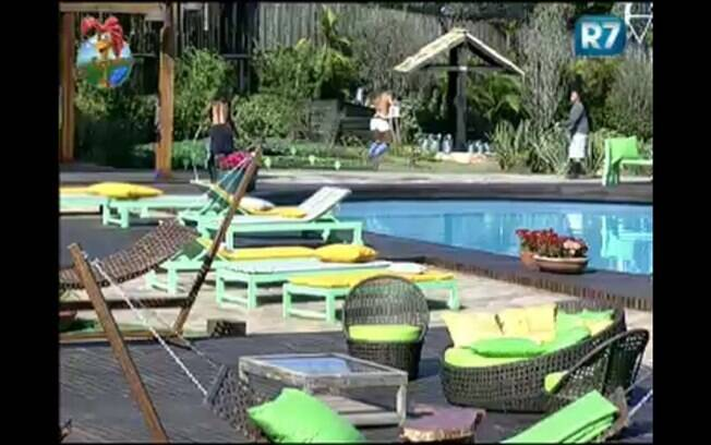 Dinei, Joana e Thiago pulam corda e se divertem durante atividade