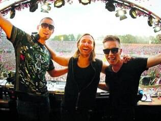 Trio. Afrojack (esquerda) e Nicky Romero (direita) foram apadrinhados e colaboram com David Guetta