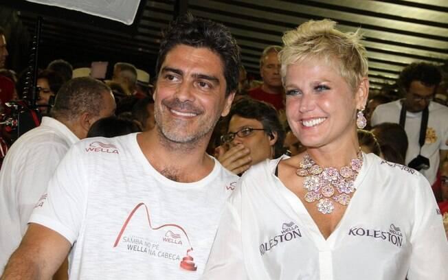Xuxa e Junno curtem folia em camarote da Sapucaí no carnaval deste ano: a apresentadora está