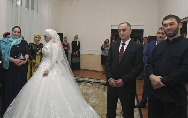 Kheda Goilabiyeva e o noivo, agente da polícia chechena Nazhud Guchigov, em escritório de registro de casamento na capital provincial de  Grozny, Rússia (16/05)