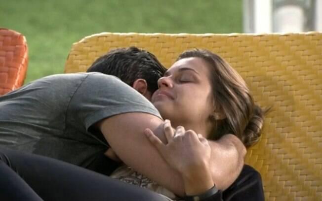 Angela chora ao abraçar Marcelo: