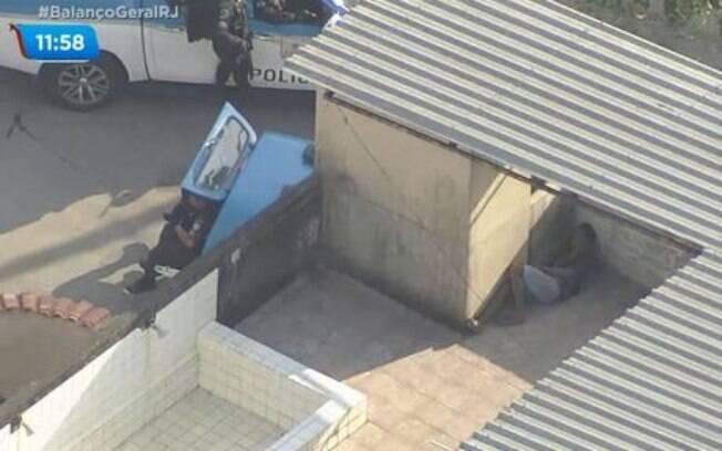 Helicóptero da Record TV mostra suspeito escondido da polícia no Rio de Janeiro