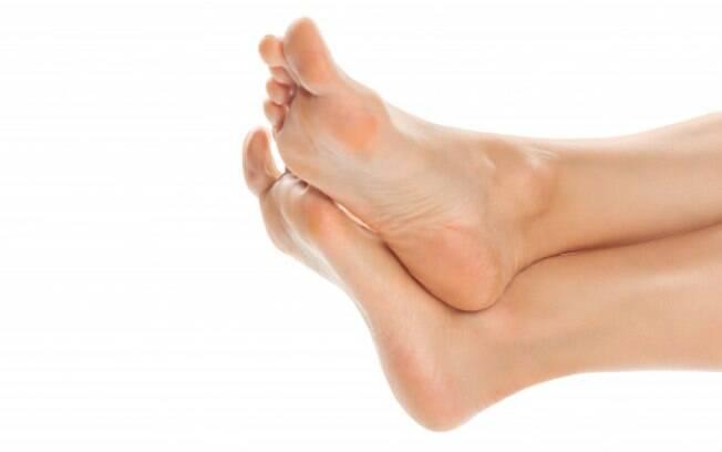 Ao cortar as unhas dos pés, atenção ao formato para que elas não encravem