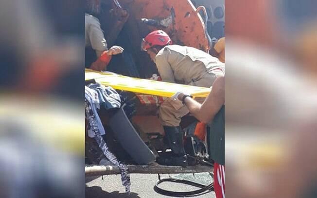 Gari foi socorrido por policiais e bombeiros após cair no veículo