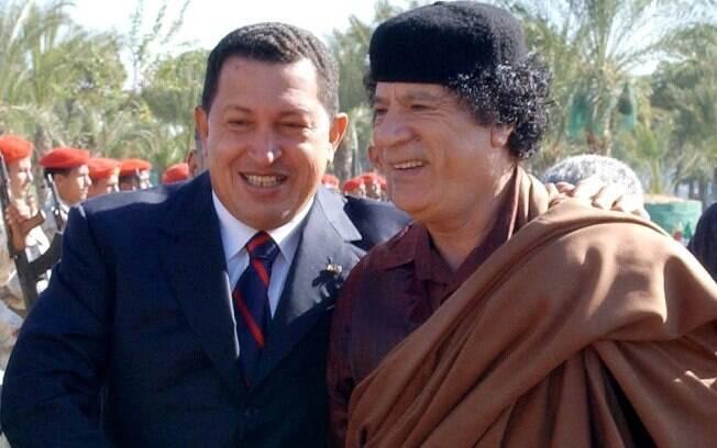 Foto divulgada pelo Palácio de Miraflores mostra Chávez ao lado do então líder líbio, Muamar Kadafi, morto em 2011, em Trípoli, em novembro de 2004