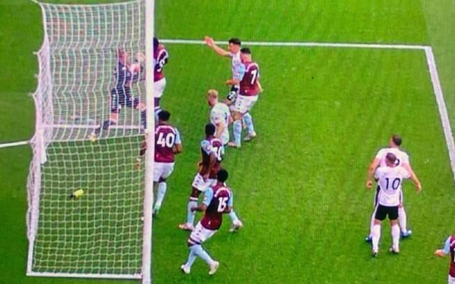 Imagem mostra bola totalmente dentro do gol