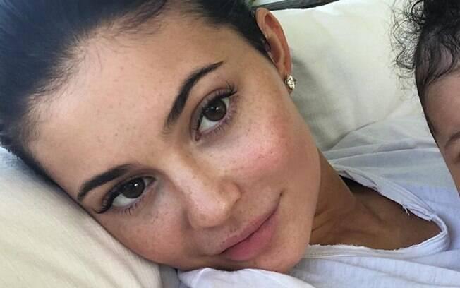 Kylie Jenner faz parte da lista de famosas que apareceram sem maquiagem para curtir um dia de descanso com a filha