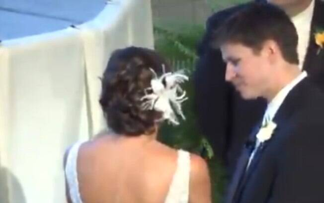 noiva compartilha segredo com noivo no altar e momento fica registrado no vídeo de casamento