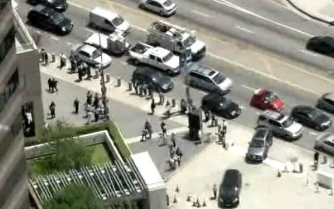 Prédio foi evacuado e rua teve de ser fechada para evitar que pessoas fossem feridas por artefato