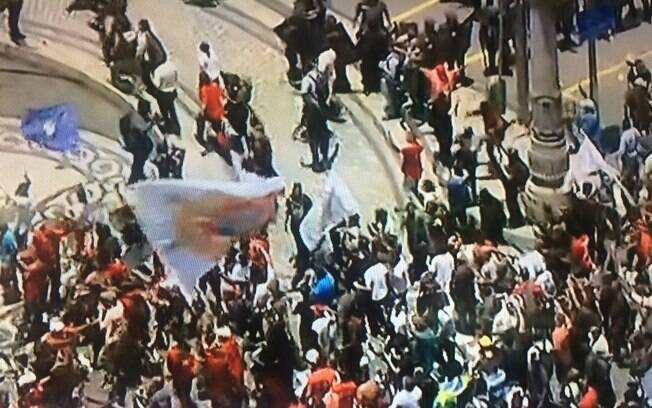 Manifestantes provocaram tumulto em ato em frente à Assembleia Legislativa do Rio (Alerj) nesta quarta-feira