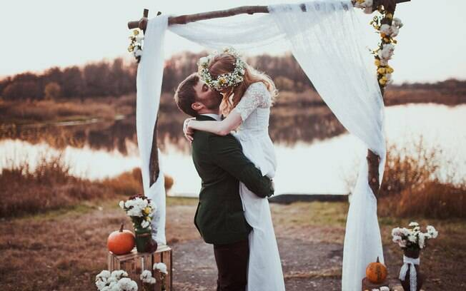 Noivos querem um casamento ao ar livre, mas decidem economizar em algo apontado como crucial e ideia gera polêmica