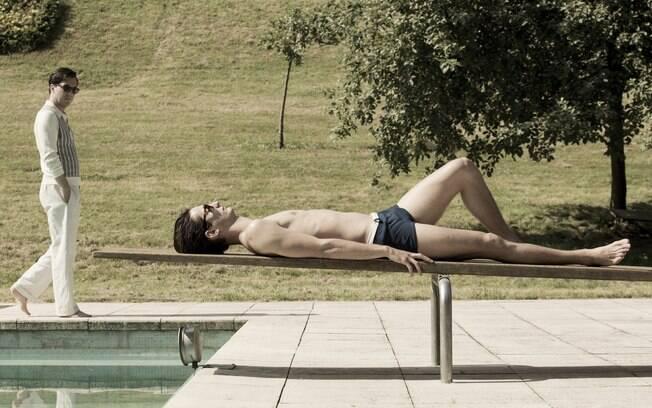 O estilista Yves Saint Laurent (Pierre Niney) aparece deitado à beira da piscina em cena da cinebiografia que leva seu nome. O longa tem estreia marcada para o dia 24 de abril