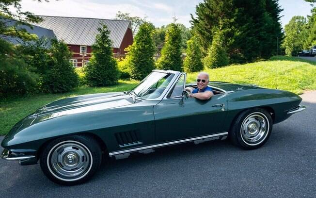 O candidato presidencial Joe Biden, na foto com seu Corvette 1967, é um defensor dos veículos EV nos Estados Unidos