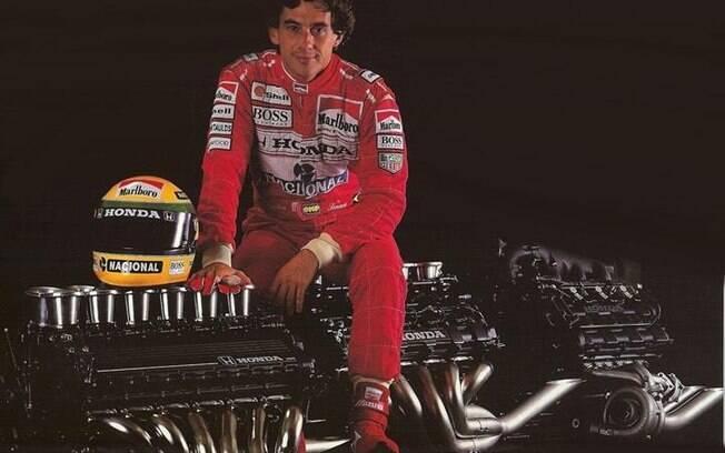 Ayrton Senna montado sobre um motor V12 da Honda: três títulos mundiais na Fórmula 1 e uma associação inesquecível
