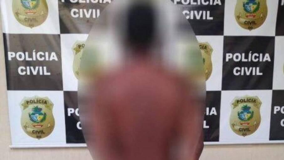 Homem arranca orelha de vítima que matou e mostra como